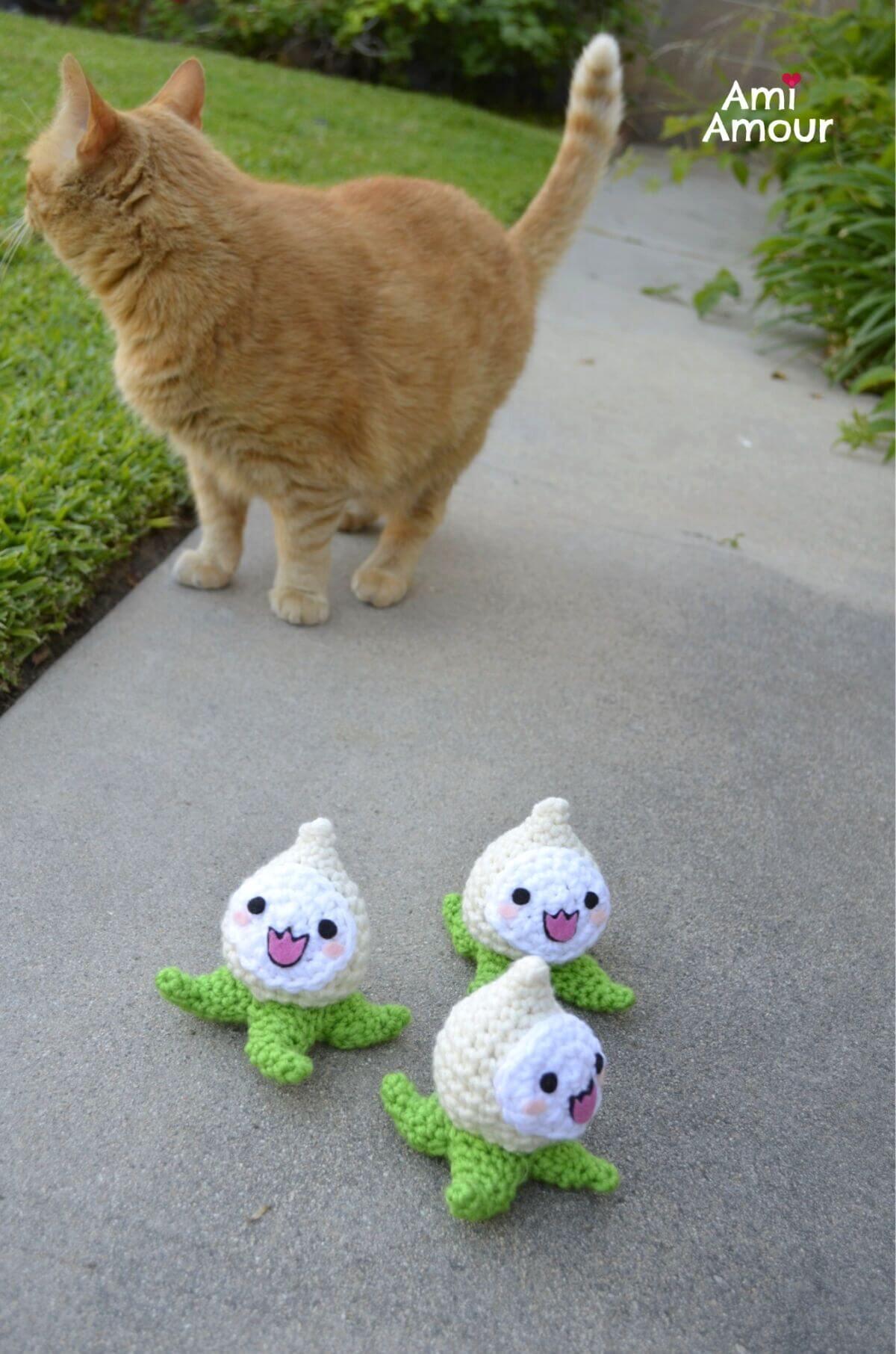 Crochet Pachimari running away from Cat